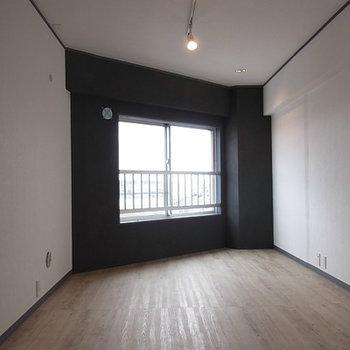 7帖の寝室、ツートンカラーになっています。※写真は前回募集時のものです