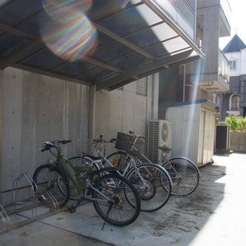 屋根つきの駐輪場です