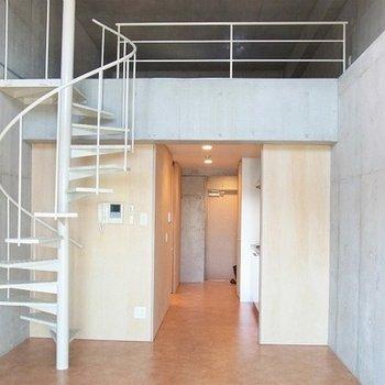 白い螺旋階段が特長的なお部屋です