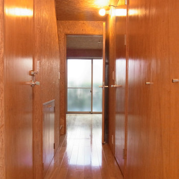 玄関を開けるとウッディ-な雰囲気が※同じ間取りの別部屋写真です