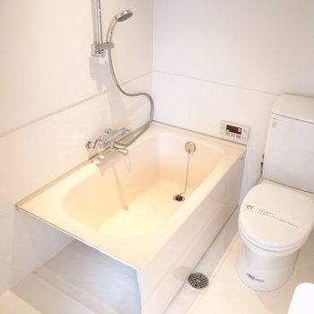 バスルームもシンプル。横に洗濯機置いてください