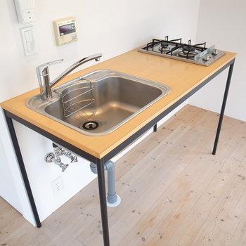 キッチンは非常に簡素な作りですがそれがお洒落
