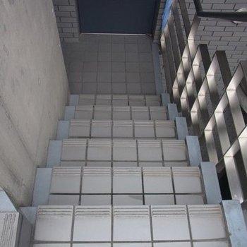 エレベーターはないので階段です