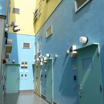 カラフル!明るいカラーの外壁がカワイイ。※写真は前回募集時のものです。