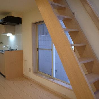 しっかりした階段でロフトに登ります。※写真は前回募集時のものです。