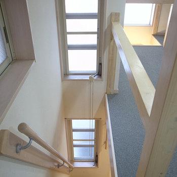 階段など、至る所に採光窓があって明るい。※写真は前回募集時のものです。