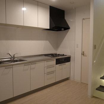 キッチン、3口コンロにグリルもバッチリ(写真は別部屋です)