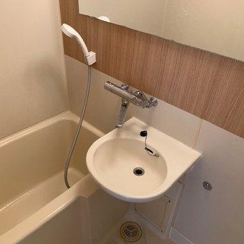 お風呂には木目調のアクセントシートが!洗面台付きです。※写真は退去後・クリーニング前のお写真です。