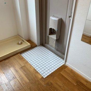 玄関&洗濯機置き場。窓があり採光も確保。※写真は退去後・クリーニング前のお写真です。