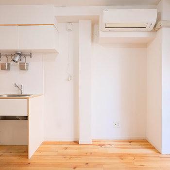 無垢床以外は白を基調としていて明るい雰囲気を作り出してくれます!※クリーニング前の写真です。