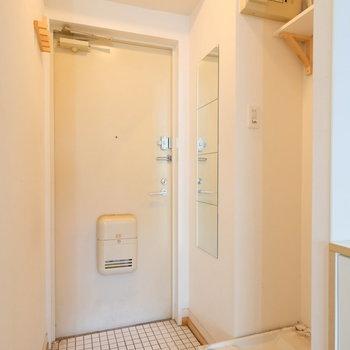 玄関タイルはオシャレな白タイル♪鏡ももちろんありますよ◎※クリーニング前の写真です。