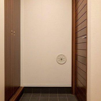 【b1f】玄関はコンパクトめ。奥にはシューズボックス、左手前には脱衣所があります。
