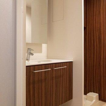 【b1f】鏡の大きな洗面台の横には洗濯機置場。