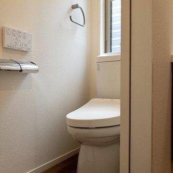 【1f】温水洗浄便座付き。窓があって明るいです。