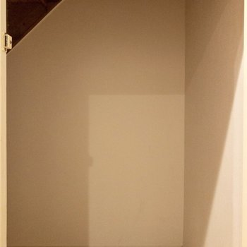 【b1f】洗面台の向かい側には階段下収納が。