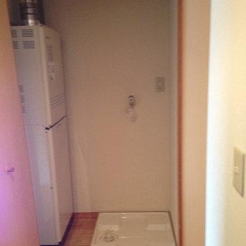 玄関入ってすぐの洗濯機置き場。※写真は前回募集時のものです。