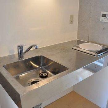 ステンレス製のキッチン(同じ間取りの別室画像です)