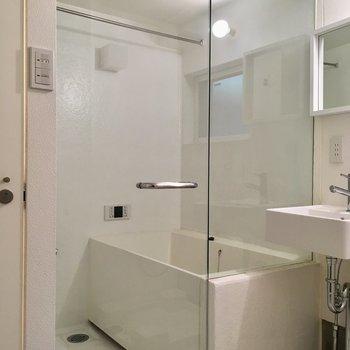 【1階】お風呂のドアはスケルトンかーい!