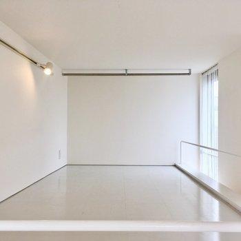 【2階】ロフトにズームインっ。服をかけるポールがあります。