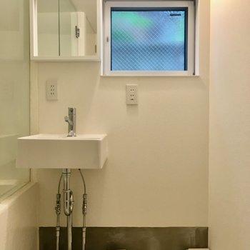 【1階】玄関横がサニタリーです。洗面台、かわいい…