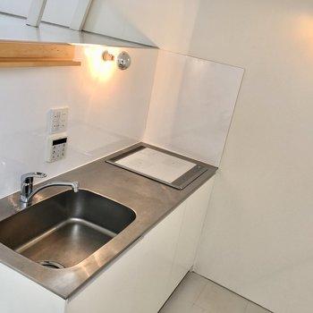 【中2階】シンプルなキッチン。