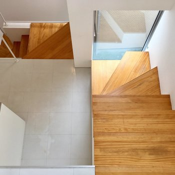 キッチンへ。木の階段がぬくもりあります。