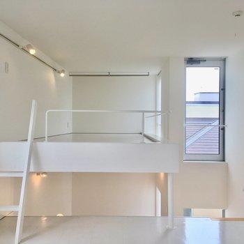 【2階】ロフト付きの寝室です。浮かんでいるよう。