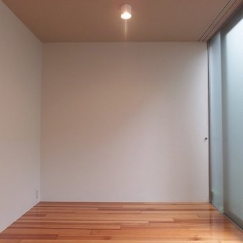 寝室はここかな、広さは十分