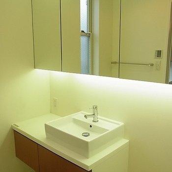 鏡の大きな洗面台。※写真は別部屋