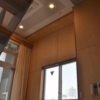天井高く、窓大きいメゾネット。