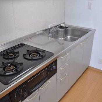 キッチンは、3口コンロ。