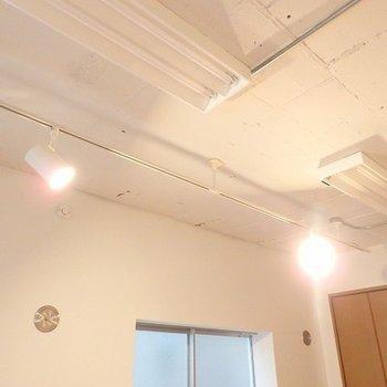 ライトがいい感じ。天井の質感もGOOD!