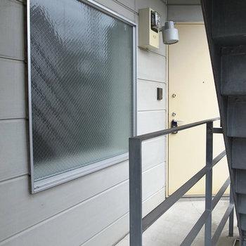 玄関の横にある窓は、磨りガラスで外から中が見えません。※写真は別部屋