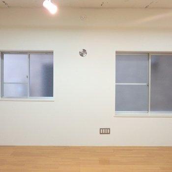 右を向くと窓が2つ。お隣のマンションが近いため、日差しは△