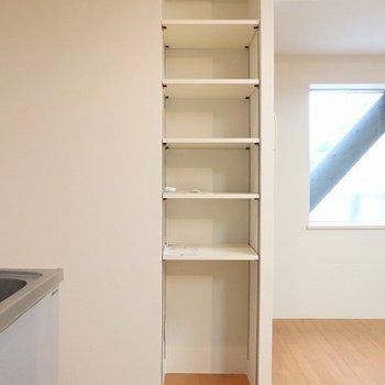 キッチン横に収納棚が!便利です。
