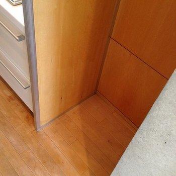 冷蔵庫置場。大きいタイプは無理です。※写真は前回募集時のものです