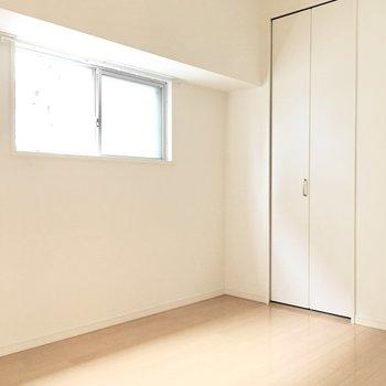 洋室②】こちらのお部屋にも窓があります。
