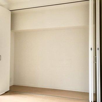洋室①】ハンガーラックを置けば、服の収納もしっかりできそう!
