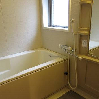 窓付お風呂が嬉しいですね(※写真は2階の反転間取り別部屋のものです)