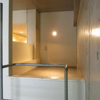 ロフト部分。屈んで歩くくらいの高さ(※写真は2階の反転間取り別部屋のものです)