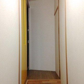 左の引き戸を開けると赤い階段が(階段から専有部になります)