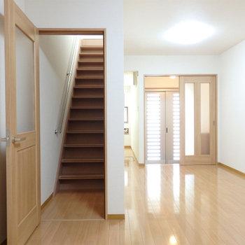 扉を開けると階段