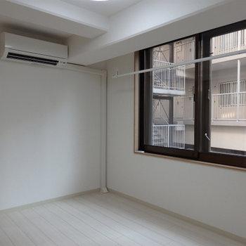 大きな窓ときれいな室内が特徴的