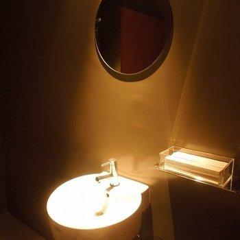 共用トイレは真っ黒空間