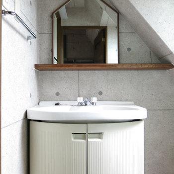 洗面台、傾斜に合わせて三角屋根の鏡。