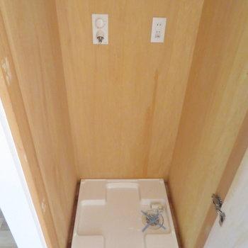 扉の中に洗濯機置き場が