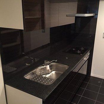 黒を基調としたシックな広々システムキッチンです。