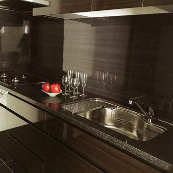シックで広いシステムキッチンで料理が楽しみに。