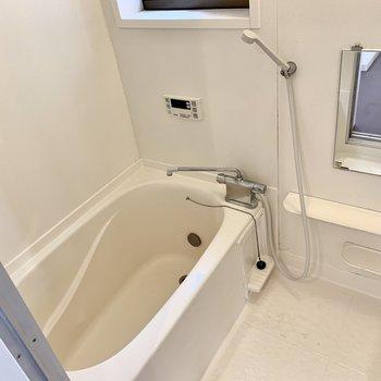 浴槽はリノベーション時に塗装とガラスコートで綺麗に。嬉しい追い焚き機能も付いています。
