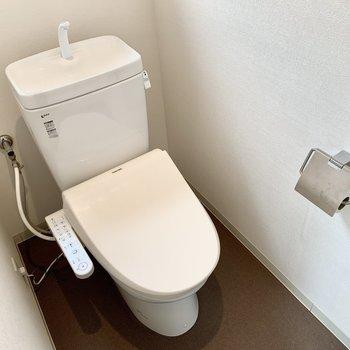 トイレはウォシュレット付き。こちらも脱衣所と同じシート張りの床です。
